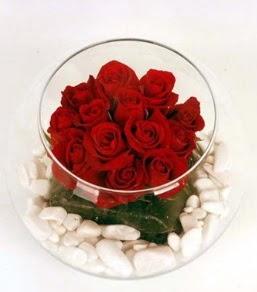 Cam fanusta 11 adet kırmızı gül  Aksaray çiçek gönderme