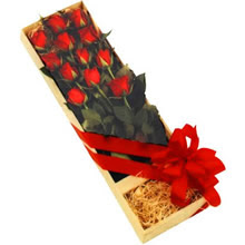 kutuda 12 adet kirmizi gül   Aksaray çiçek yolla
