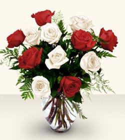Aksaray uluslararası çiçek gönderme  6 adet kirmizi 6 adet beyaz gül cam içerisinde