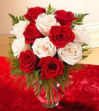 Aksaray uluslararası çiçek gönderme  5 adet kirmizi 5 adet beyaz gül cam vazoda