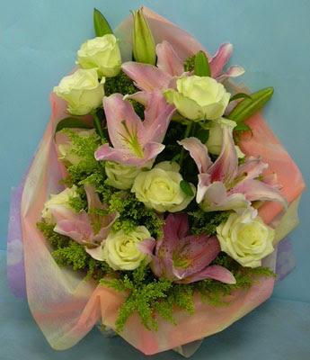 11 adet gül ve 2 adet kazablanka buketi  Aksaray internetten çiçek satışı