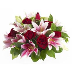 güller ve kazablnaklardan aranjman  Aksaray anneler günü çiçek yolla