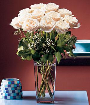 Aksaray hediye sevgilime hediye çiçek  Cam yada mika vazo içerisinde 12 gül