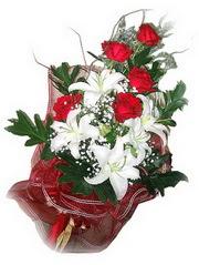 Aksaray kaliteli taze ve ucuz çiçekler  5 adet kirmizi gül 1 adet kazablanka çiçegi buketi
