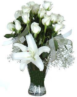 cam içerisinde 11 beyaz gül ve 1 kazablanka  Aksaray çiçek siparişi sitesi