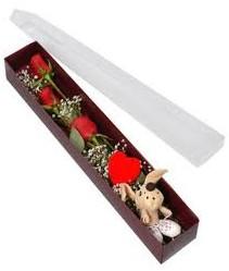 kutu içerisinde 3 adet gül ve oyuncak  Aksaray cicekciler , cicek siparisi
