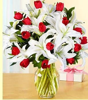 Aksaray çiçek siparişi sitesi  3 kazablanka 10 kırmızı gül vazosu