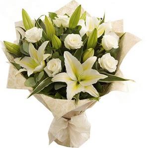 Aksaray anneler günü çiçek yolla  3 dal kazablanka ve 7 adet beyaz gül buketi