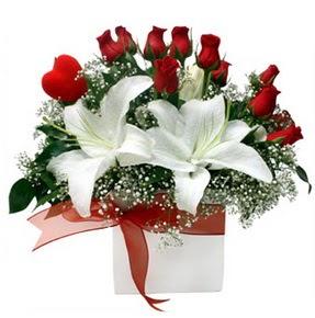 Aksaray çiçekçi mağazası  1 dal kazablanka 11 adet kırmızı gül vazosu