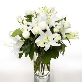Aksaray çiçek gönderme sitemiz güvenlidir  1 dal cazablanca 7 adet beyaz gül vazosu