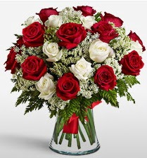 Vazoda 12 kırmızı 12 beyaz gül tanzimi  Aksaray uluslararası çiçek gönderme