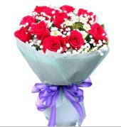 12 adet kırmızı gül ve beyaz kır çiçekleri  Aksaray çiçekçi mağazası
