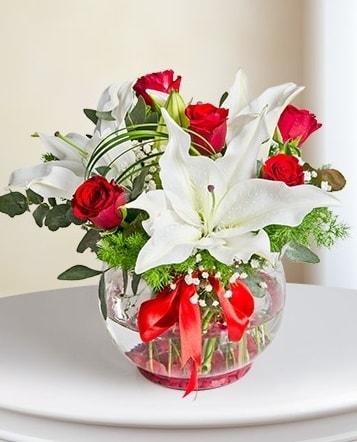 Fanus Vazoda 2 Lilyum ve 5 Gül Dansı  Aksaray çiçek gönderme