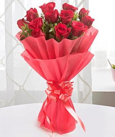 12 adet kırmızı gülden modern buket  Aksaray çiçek yolla